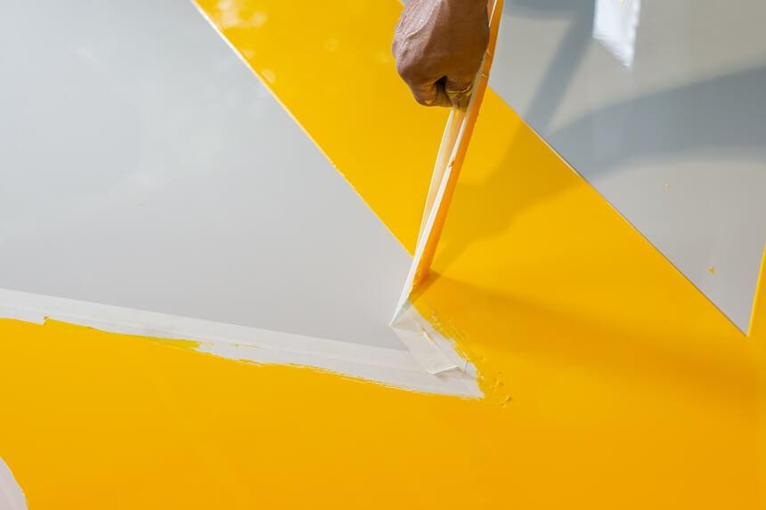 Demarcação de piso industrial: entenda como é feita a aplicação da tinta